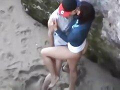 زن بالغ در کلاه در یک باند باند در معرفی سایت های سکس یک ساحل عمومی فاک می شود
