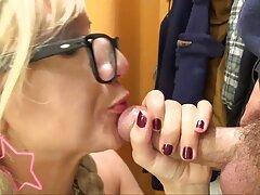 جوجه سایت های معروف سکسی سکسی در شورت های سفید شهوانی و جوراب ساق بلند بسیار زیبا برای دوربین