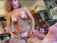 یک مدل پورنو جوان ، فالوور یک مرد را سایت های مشهور سکسی مکیده و در مقابل او با سرطان ایستاده است