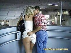 دختر جوان شکننده روی یک دیک روی بهترین سایت های سکسی میز ماساژ کشید