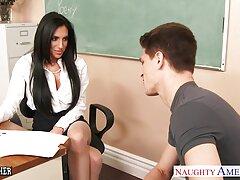 بیدمشک نزدیک از یک عوضی جوان شلوغ در داخل یک dildo سایت فلم های سکس ناز می شود
